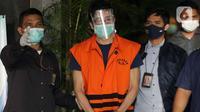 Tersangka dugaan suap, Samin Tan usai menjalani rilis penahanan di Gedung KPK, Jakarta, Selasa (6/4/2021). Samin Tan ditahan KPK terkait dugaan suap kepada mantan anggota DPR Eni Maulani Saragih untuk pengurusan terminasi kontrak PKP2B PT AKT di Kalimantan Tengah. (Liputan6.com/Helmi Fithriansyah)
