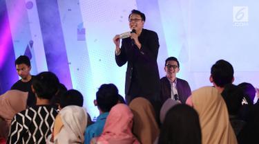 Motivator Tung Dasem Waringin saat memberikan motivasi  dan berinteraksi dengan para peserta EGTC di geleran Emtek Goes To Campus 2018 di Universitas Negeri Semarang (UNNES), Semarang, Rabu (18/7). (Liputan6.com/Herman Zakharia)