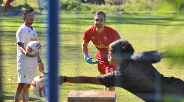 Felipe Americo saat memberi materi latihan pada kiper Arema FC. (Bola.com/Iwan Setiawan)