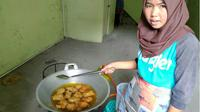 Nadia menghidupi tiga adiknya dengan berjualan gorengan. (Liputan6.com/M Syukur)