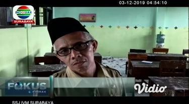 Peristiwa angin puting beliung yang terjadi di Kabupaten Jombang, Jawa Timur mengakibatkan gedung sekolah Madrasah Tsanawiyah mengalami rusak parah. Pihak sekolah terpaksa mengalihkan lokasi belajar ke perpustakaan, karena takut terjadi ambruk susula...