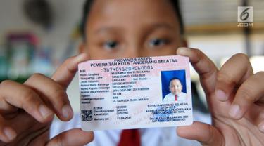 Seorang siswa menunjukkan Kartu Identitas Anak (KIA) di SD Negeri 01 Sawah Baru, Ciputat, Jumat (27/4). KIA diberikan kepada anak-anak yang berusia dibawah 17 tahun. (Merdeka.com/Arie Basuki)