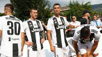Cristiano Ronaldo, Federico Bernardeshi, Rodrigo Bentancur dan Emre Can bersiap bermain pada pertandingan persahabatan antara Juventus A dan tim B di Villar Perosa, Italia utara, (12/8). (AP Photo/Antonio Calanni)