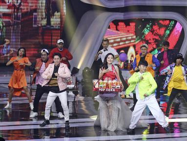 Natasha Wilona menunjukkan kebolehannya dalam drama musikal Siapa Takut Jatuh Cinta pada ajang SCTV Awards 2017 di Jakarta, Rabu (29/11). Dalam beberapa tahun terakhir, SCTV memang sudah biasa menampilkan drama musikal. (Liputan6.com/Herman Zakharia)