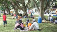 Wisatawan menikmati suasana sekitar Taman Mini Indonesia Indah (TMII), Jakarta, Minggu (21/6/2020). Setelah tidak beroperasi akibat pandemi, pengelola membuka kembali TMII dengan menerapkan protokol kesehatan pencegahan COVID-19 dan pembatasan pengunjung. (Liputan6.com/Immanuel Antonius)