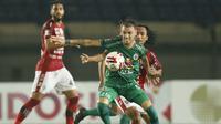 Striker PS Sleman, Velez Nicolas Leandro (depan) mengontrol bola dibayangi gelandang Bali United, Hariono dalam laga perempatfinal Piala Menpora 2021 di Stadion Si Jalak Harupat, Bandung, Senin (12/4/2021). (Bola.com/Ikhwan Yanuar)