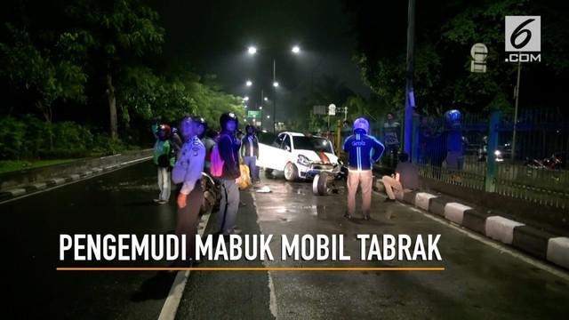Diduga pengemudinya mabuk sebuah mobil sedan menabrak separator busway di kawasan Jakarta Selatan, akibatnya 4 penumpang sedang dilarikan ke Rumah Sakit