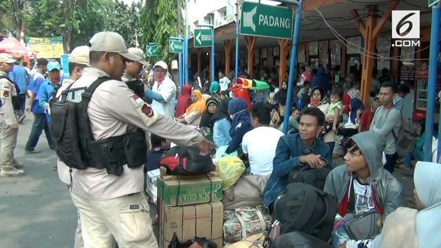 Polres Metro Jakarta Barat menurunkan tim khusus mengamankan pemudik di terminal Kalideres.
