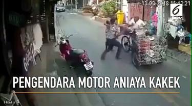 Akibat bermain ponsel, sebuah motor menabrak gerobak sampak. Tak terima, pengendara motor malah aniaya kakek pemilik gerobak.