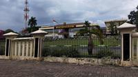 Polda Sumsel menahan Wabup Ogan Komering Ulu Johan Anuar terkait dugaan mark up lahan kuburan (Liputan6.com / Nefri Inge)