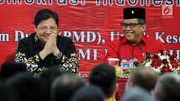 Menteri Perindustrian Airlangga Hartarto (kiri) bersama Sekjen PDIP Hasto Kristiyanto saat Rakorbidnas III Kemaritiman PDIP, Jakarta, Minggu (8/4). Acara ini untuk mengisi program aksi bidang kemaritiman DPP PDI Perjuangan. (Liputan6.com/Johan Tallo)