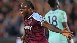 Michail Antonio mampu tampil mengejutkan di Liga Inggris musim 2021/2022 bersama West Ham United. Antonio bahkan tercatat menjadi top skor sementara dengan koleksi lima gol dan tiga assist dari lima laga yang telah dilakoninya. (AFP/Glyn Kirk)