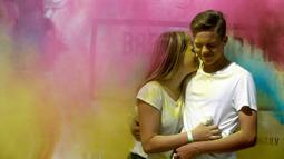 Peserta saat dilemparkan bubuk warna saat mengikuti festival Holi di Riga, Latvia, (9/7). Orang merayakan Holi dengan saling melemparkan bubuk berwarna-warni atau saling menyiramkan air berwarna-warni. (REUTERS/Ints Kalnins)