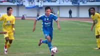 Sutanto Tan (biru), beraksi dalam debutnya sebagai pemain baru PSIM melawan Persiba Balikpapan di Stadion Mandala Krida, Kamis (22/8/2019). (Bola.com/Vincentius Atmaja)