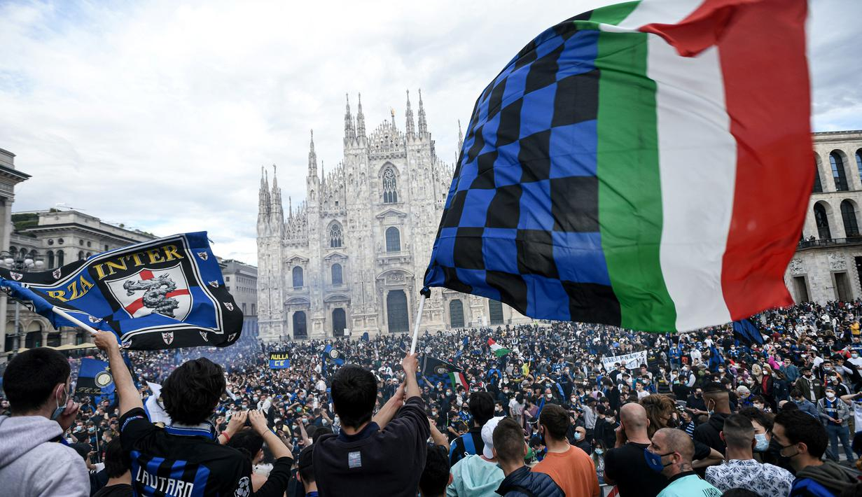 Para pendukung dan fans Inter Milan mengibarkan bendera dan memadati kawasan Piazza Duomo, Milan, Minggu (2/5/2021) merayakan kepastian Inter Milan merebut gelar juara Scudetto Liga Italia 2020/2021. (AFP/Piero Cruciati)