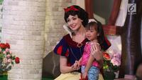 """Karakter Disney Princess, Putri Salju atau Snow White foto bersama anak-anak saat tampil dalam """"Dream Big, Princess"""" di Lippo Mall Puri, Jakarta, Kamis (5/7). (Liputan6.com/Arya Manggala)"""