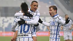 Striker Inter Milan, Alexis Sanchez, melakukan selebrasi bersama Lautaro Martinez dan Niccolo Barella usai mencetak gol ke gawang Sassuolo pada laga Liga Italia di Stadion Mapei, Sabtu (28/11/2020). Inter Milan menang dengan skor 3-0. (Massimo Paolone/LaPresse via AP)
