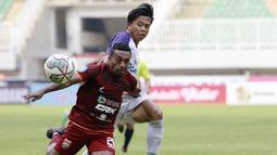Pemain Persita Tangerang, Edo Febriansyah, berebut bola dengan pemain Borneo FC, Terens Puhiri pada laga BRI Liga 1 di Stadion Pakansari, Bogor, Sabtu (10/2/2021). (Bola.com/M Iqbal Ichsan)