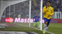 Gelandang Brasil, Roberto Firmino melakukan selebrasi usai mencetak gol saat pertandingan Copa Amerika 2015 di Stadion Monumental David Arellano, Santiago, Chili, (22/6/2015). Brasil menang tipis 2-1 atas Venezuela. (REUTERS/Ivan Alvarado)