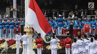"""Paskibraka mengibarkan Bendera Merah Putih saat upacara Pengibaran Bendera Merah Putih dalam rangkaian Peringatan Detik-detik Proklamasi Kemerdekaan ke-74 RI di Istana Merdeka, Jakarta, Sabtu (17/8/2019). Peringatan HUT RI tersebut mengangkat tema """"SDM Unggul Indonesia Maju"""". (Liputan6.com/HO/Kentun"""