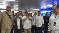 Ketua Umum Gerindra Prabowo Subianto tiba di Stasiun MRT Lebak Bulus, Jakarta, Sabtu (13/7/2019). Prabowo akan bertemu dengan presiden terpilih dalam Pilpres 2019, Joko Widodo atau Jokowi. (Liputan6.com/Lizsa Egehem)