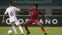 Gelandang Timnas Indonesia, Zulfiandi, berusaha merebut bola saat melawan Hongkong pada laga persahabatan di Stadion Wibawa Mukti, Jakarta, Selasa (16/10). Kedua negara bermain imbang 1-1. (Bola.com/Vitalis Yogi Trisna)