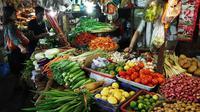 Pembeli membeli sayuran di pasar, Jakarta, Jumat (6/10). Dari data BPS inflasi pada September 2017 sebesar 0,13 persen. Angka tersebut mengalami kenaikan signifikan karena sebelumnya di Agustus 2017 deflasi 0,07 persen. (Liputan6.com/Angga Yuniar)