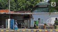 Warga melintas di Rest Area KM 50 A yang ditutup secara permanen pada 20 Desember 2020 lalu di Tol Jakarta-Cikampek, Karawang, Kamis (24/12/2020). Menurut pihak Jasa Marga rest area itu turut menyumbang kepadatan di ruas area KM 48-50. (Liputan6.com/Herman Zakharia)