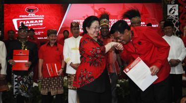 Djarot Saiful Hidayat (kanan depan) mencium tangan Ketua Umum DPP PDIP, Megawati Sukarnoputri usai menerima surat rekomendasi menjadi Bakal Cagub Sumatera Utara di Jakarta, Kamis (4/1). (Liputan6.com/Helmi Fithriansyah)