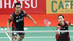 Ganda campuran Indonesia, Hafiz Faizal/Gloria Emanuelle Widjaja mengembalikan kok ke arah Zheng Si Wei/Huang Ya Qiong (China) saat laga babak pertama Indonesia Master 2020 di Istora GBK, Jakarta, Selasa (14/1/2020). Hafiz/Gloria kalah dua set langsung 14-21, 13-21. (Liputan6.com/Helmi Fithriansyah)