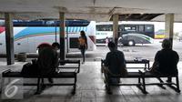Calon penumpang saat menunggu bus AKAP di Terminal bus Pulogadung, Jakarta, (19/7). Dinas Perhubungan dan Transportasi DKI, mengultimatum agar seluruh PO Bus AKAP di Terminal Pulogadung untuk pindah ke Terminal Pulogebang. (Liputan6.com/Yoppy Renato)