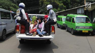 Mobil Dinas Perhubungan Kota Bogor dikerahkan saat aksi mogok sopir Angkutan Kota (angkot) 08 dan 09 di kawasan Tugu Kujang, Selasa (13/11). Aksi mogok memprotes pengoperasian angkot modern itu membuat ratusan penumpang terlantar (Merdeka.com/Arie Basuki)
