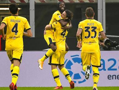 Para pemain Parma merayakan gol yang dicetak oleh Gervinho ke gawang Inter Milan pada laga Liga Italia di Stadion Giuseppe Meazza, Minggu (1/11/2020). Kedua tim bermain imbang 2-2. (Marco Alpozzi/LaPresse via AP)