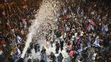 FOTO: Euforia Warga Israel Rayakan Pelantikan PM Naftali Bennett