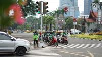 Pengendara sepeda motor melawan arus lalu lintas di perempatan lampu merah kawasan Gondangdia, Jakarta, Senin (29/4/2019). Rendahnya kesadaran tertib berlalu lintas menyebabkan para pengendara nekat melawan arus. (Liputan6.com/Immanuel Antonius)