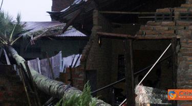 Citizen6, Delitua: Puluhan rumah yang diterpa angin puting beliung terparah terjadi di Jalan Pamah, Kelurahan Delitua Barat, Kecamatan Delitua. Selain itu terletak di Gang Bunga, Gang Djafar, Gang Sawah dan beberapa rumah lainnya. (Pengirim: M. Ali S)