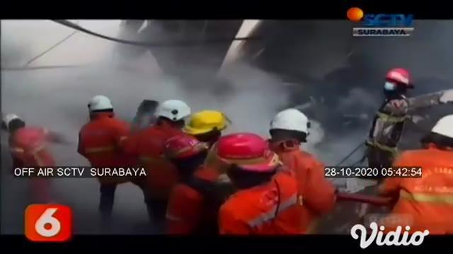 Kebakaran hebat terjadi di sebuah gudang mebel atau furniture yang berada di Jalan Simorejo Sari B, Kota Surabaya, Selasa (27/10). Sementara itu, Polisi mengatakan api diduga berasal dari konsleting listrik.