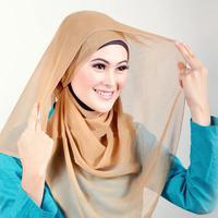 Dengan kerudung model segi empat, kamu bisa dapatkan bentuk hijab modern di tutorial ini.