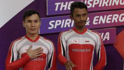 Pebalap sepeda Indonesia, Herman Halawa dan Pradana Diwan, saat menerima medali pada Asian Para Games di Velodrome, Jakarta, Kamis (11/10/2018). Pasangan Indonesia ini meraih perunggu di nomor trek Individual Pursuit B putra. (Bola.com/M Iqbal Ichsan)