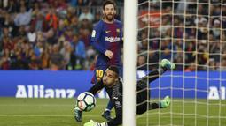 Bintang Barcelona, Lionel Messi saat mencetak gol kegawang Villareal pada laga La Liga Santander di Camp Nou stadium, Barcelona, (9/5/2018). Barcelona menang telak 5-1. (AP/Manu Fernandez)