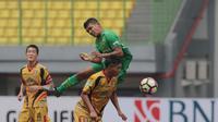 Duel pemain Mitra Kukar, Anindito Wahyu (bawah) dan pemain Bhayangkara FC, T.M Ichsan pada lanjutan Liga 1 2017 di Stadion Patriot, Bekasi, Jumat (21/7/2017). Bhayangkara FC menang 4-1. (Bola.com/Nicklas Hanoatubun)