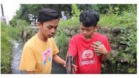 Tingkah Kocak Dua Remaja Review Air Got (sumber:Youtube/TerasKostTV)