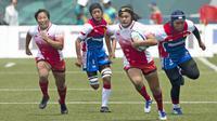 Pipit Ayu Lestari (3) dan Fevi Susanti (2) gagal menghentikan laju pemain Jepang dalam babak penyisihan Rugby Seven Putri antara Indonesia vs Jepang pada Asian Games 2018 di GBK, Kamis (30/8/2018). (Bola.com/Peksi Cahyo)