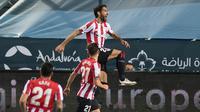 Striker Athletic Bilbao, Raul Garcia (atas) melakukan selebrasi usai mencetak gol pertamanya ke gawang Real Madrid dalam laga semifinal Piala Super Spanyol 2020/21 di La Rosaleda Stadium, Malaga, Kamis (14/1/2021). Athletic Bilbao menang 2-1 atas Real Madrid. (AFP/Jorge Guerrero)
