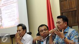 Mantan Panglima TNI, Jenderal TNI (Purn) Moeldoko (kanan) memberikan pernyataan saat diskusi bersama PARA Syndicate di Jakarta, Jumat (11/3/2016). Diskusi membahas Supersemar: Dari Soekarno ke Soeharto. (Liputan6.com/Helmi Fithriansyah)