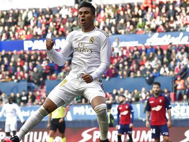 Gelandang Real Madrid, Casemiro, merayakan gol ke gawang Osasuna pada laga La Liga di Stadion El Sadar, Minggu (9/2/2020). Real Madrid menang 4-1 atas Osasuna. (AP/Alvaro Barrientos)