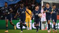 Penyerang Paris Saint-Germain, Lionel Messi (pegang bola), berhasil mencetak dua gol saat timnya menang 3-2 atas RB Leipzig pada laga ketiga Grup A Liga Champions di Parc des Princes, Rabu (20/10/2021) dini hari WIB. (AFP/Franck Fife)