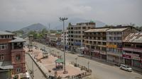 Pemandangan pasar sepi dari udara selama penguncian atau lockdown di Srinagar tengah, Kashmir yang dikendalikan India, Rabu (5/5/2021). Pemerintah India menghadapi seruan lockdown nasional secara total untuk memperlambat gelombang besar infeksi virus corona. (AP Photo/Dar Yasin)