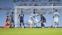 Bintang Manchester City, Raheem Sterling, mencetak gol ke gawang Arsenal pada pekan kelima Liga Inggris 2020/2021, Sabtu (17/10/2020) malam hari WIB. (Alex Livesey/Pool via AP)