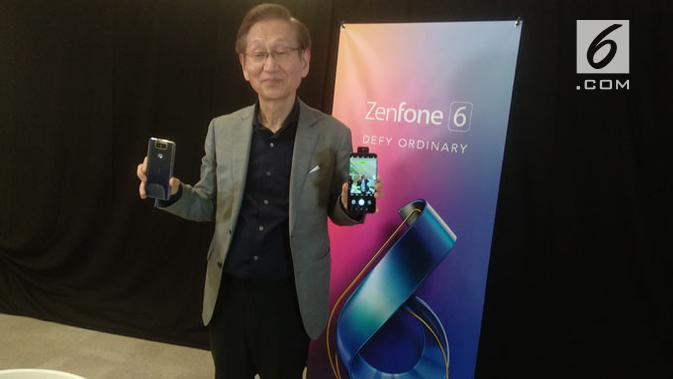 Chairman Asus, Jonney Shih, memperlihatkan smartphone Zenfone 6. (Liputan6.com/ Arthur Gideon)